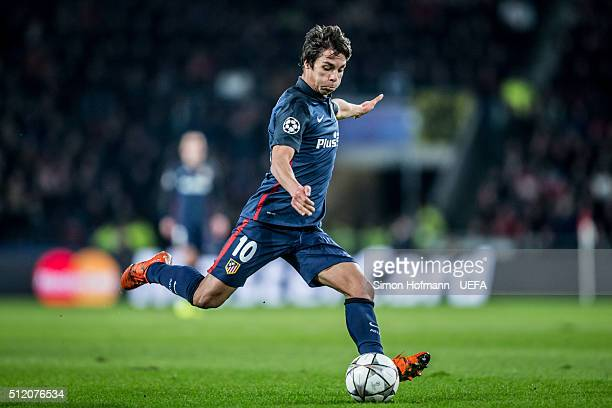 Oliver Torres of Madrid tries to score during the UEFA Champions League Round of 16 First Leg match between PSV Eindhoven and Club Atletico de Madrid...