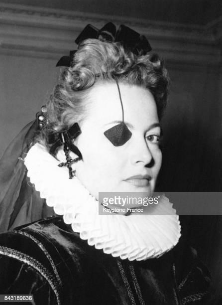 Olivia de Havilland sur le tournage du film 'La Princesse d'Eboli' où elle joue le rôle d'une princesse borgne sous le règne de Philippe II en...