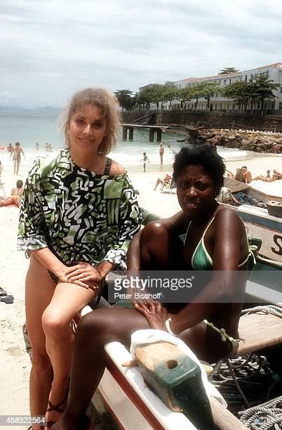Olivia Pascal und Einheimische am Rande der Dreharbeiten zur ZDFReihe 'Traumschiff' Folge 15 'Brasilien' am in Rio de Janeiro Brasilien