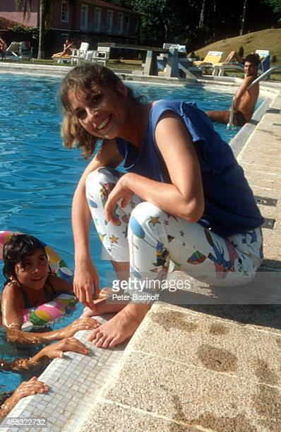 Olivia Pascal und einheimische Kinder am Rande der Dreharbeiten zur ZDFReihe 'Traumschiff' Folge 15 'Brasilien' am in Rio de Janeiro Brasilien