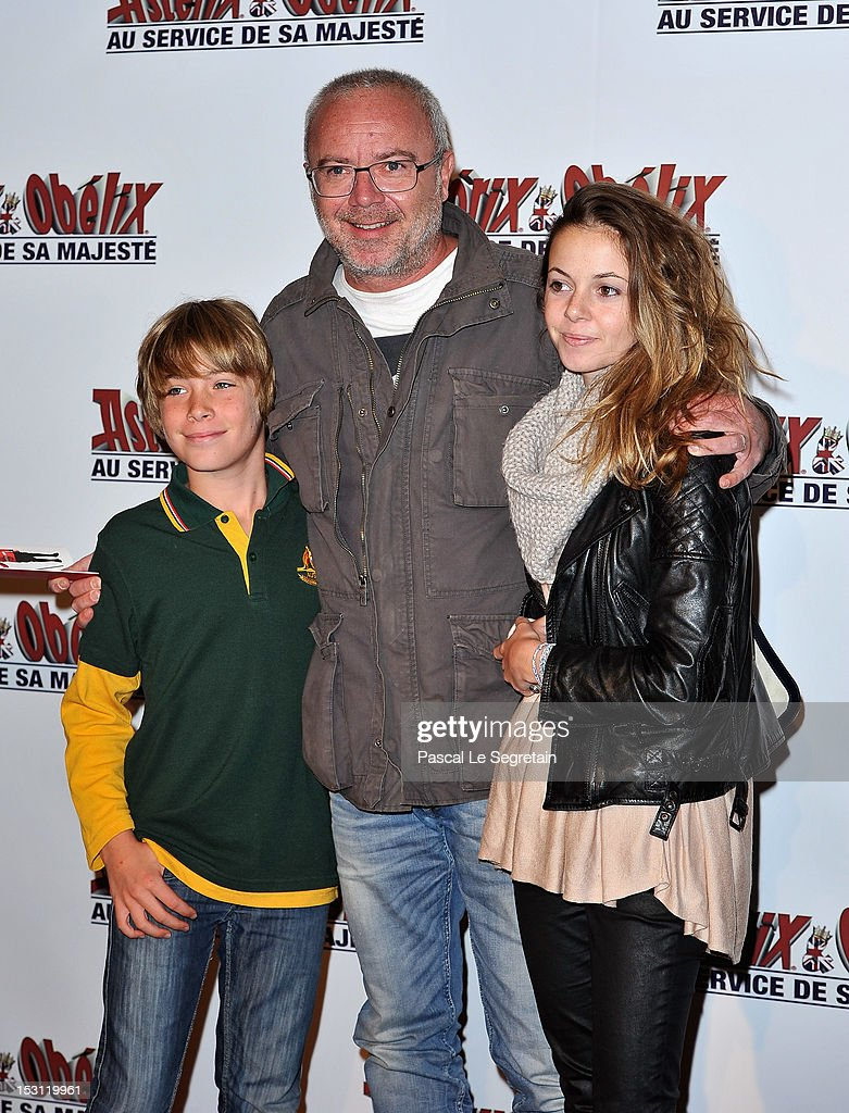 Olivier Baroux (C) and his children attend the 'Asterix & Obelix: Au Service De Sa Majeste' premiere at Le Grand Rex on September 30, 2012 in Paris, France.