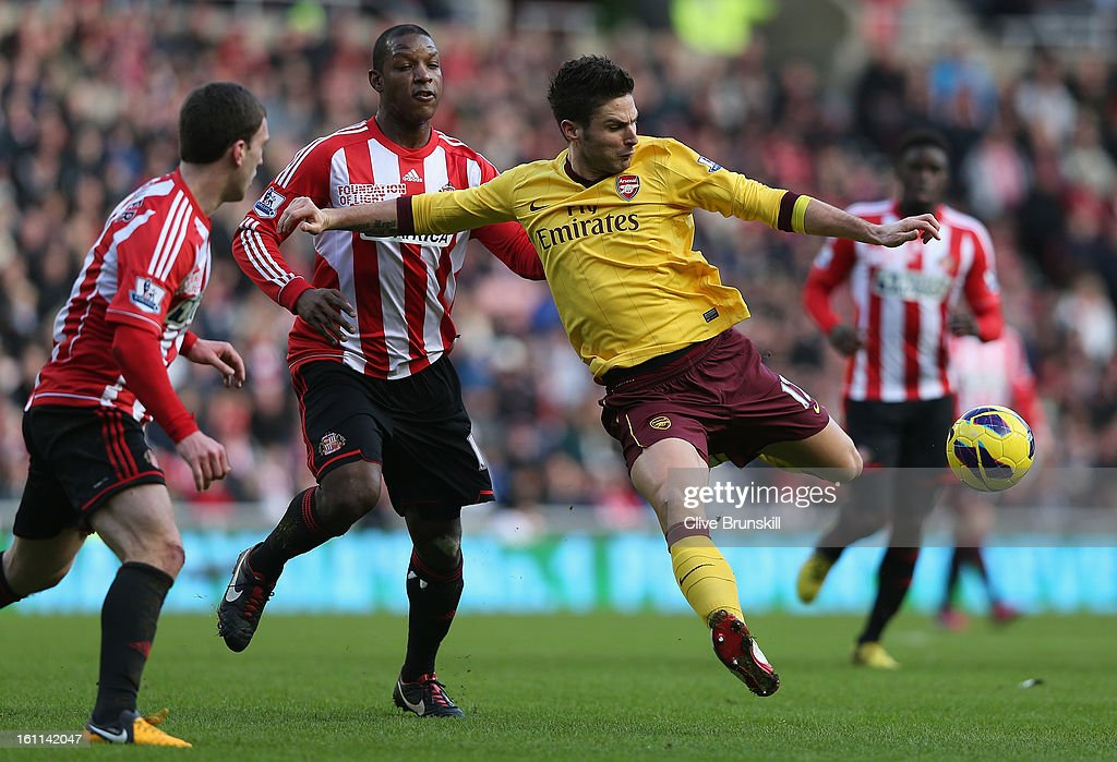 Olivier Giroud of Arsenal attempts to shoot at goal past the Sunderland defence during the Barclays Premier League match between Sunderland and Arsenal at the Stadium of Light on February 9, 2013 in Sunderland, England.