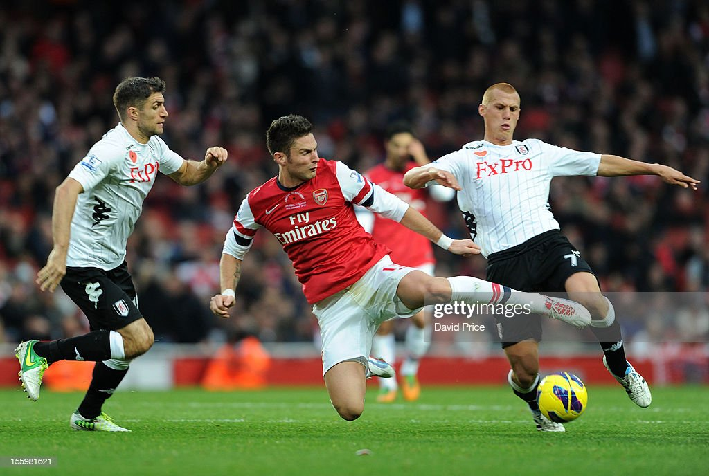 <a gi-track='captionPersonalityLinkClicked' href=/galleries/search?phrase=Olivier+Giroud&family=editorial&specificpeople=5678034 ng-click='$event.stopPropagation()'>Olivier Giroud</a> of Arsenal battles for the ball with <a gi-track='captionPersonalityLinkClicked' href=/galleries/search?phrase=Steve+Sidwell&family=editorial&specificpeople=661187 ng-click='$event.stopPropagation()'>Steve Sidwell</a> of Fulham as <a gi-track='captionPersonalityLinkClicked' href=/galleries/search?phrase=Aaron+Hughes&family=editorial&specificpeople=217734 ng-click='$event.stopPropagation()'>Aaron Hughes</a> of Fulham closes in during the Barclays Premier League match between Arsenal and Fulham, at Emirates Stadium on November 10, 2012 in London, England.