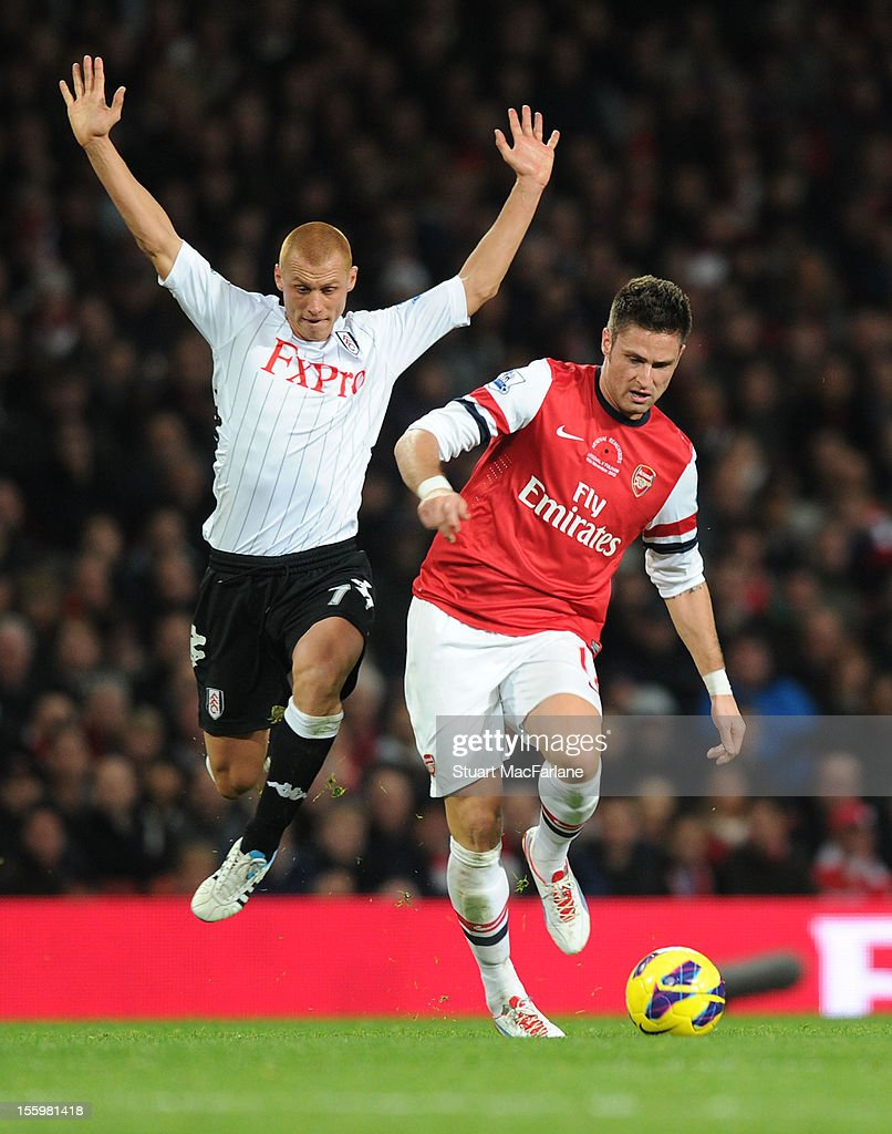 <a gi-track='captionPersonalityLinkClicked' href=/galleries/search?phrase=Olivier+Giroud&family=editorial&specificpeople=5678034 ng-click='$event.stopPropagation()'>Olivier Giroud</a> of Arsenal breaks past <a gi-track='captionPersonalityLinkClicked' href=/galleries/search?phrase=Steve+Sidwell&family=editorial&specificpeople=661187 ng-click='$event.stopPropagation()'>Steve Sidwell</a> of Fulham during the Barclays Premier League match between Arsenal and Fulham, at Emirates Stadium on November 10, 2012 in London, England.