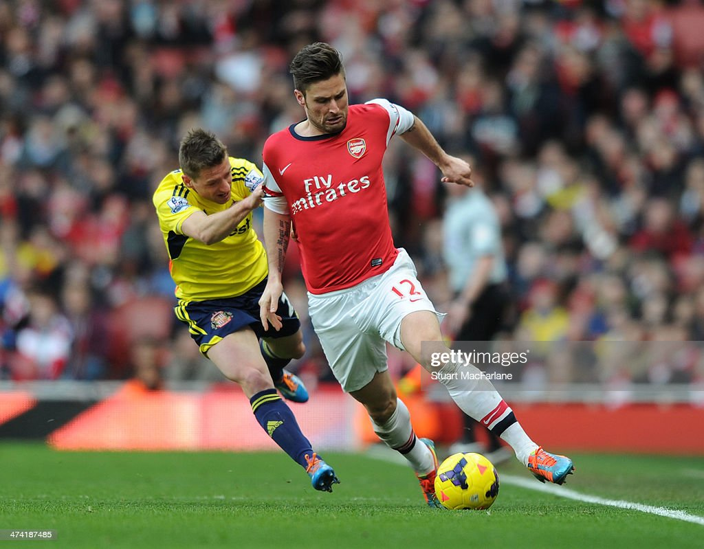 <a gi-track='captionPersonalityLinkClicked' href=/galleries/search?phrase=Olivier+Giroud&family=editorial&specificpeople=5678034 ng-click='$event.stopPropagation()'>Olivier Giroud</a> of Arsenal challenged by Emanuele Giaccherini during the Barclays Premier League match between Arsenal and Sunderland at Emirates Stadium on February 22, 2014 in London, England.