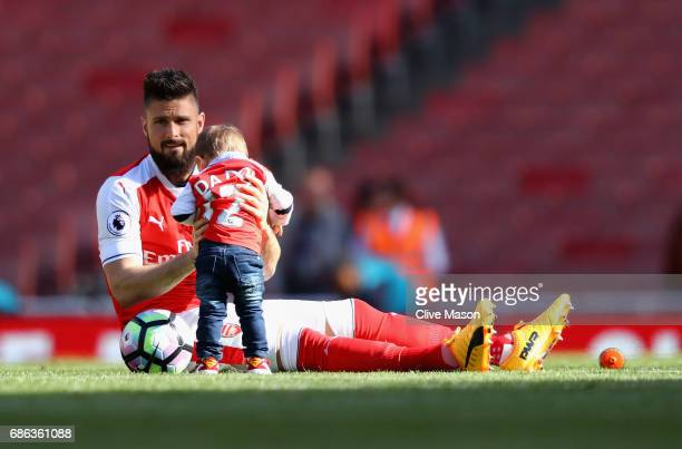 Olivier Giroud of Arsenal plays on the pitch with his children after the Premier League match between Arsenal and Everton at Emirates Stadium on May...