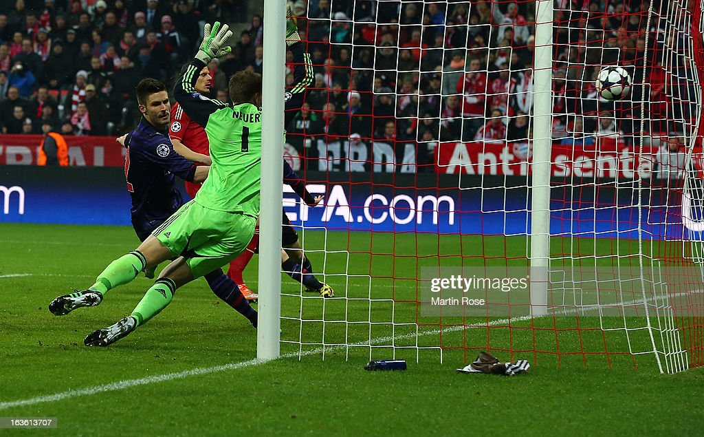 Olivier Giroud (L) of Arsenal scores his team's opening goal during the Round of 16 second leg match between Bayern Muenchen and Arsenal at Allianz Arena on March 13, 2013 in Munich, Germany.