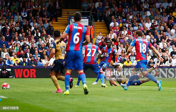 Olivier Giroud of Arsenal scores the opening goal during the Barclays Premier League match between Crystal Palace and Arsenal at Selhurst Park on...