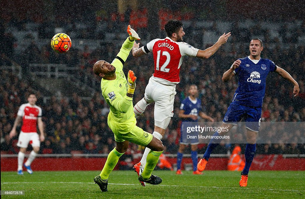 Olivier Giroud of Arsenal scores the opening goal past Tim Howard of Everton during the Barclays Premier League match between Arsenal and Everton at Emirates Stadium on October 24, 2015 in London, England.
