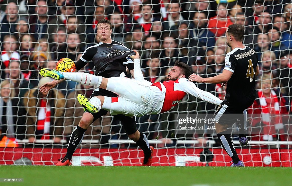Olivier Giroud of Arsenal shoots during the Barclays Premier League match between Arsenal and Leicester City at the Emirates Stadium on February 14, 2016 in London, England.
