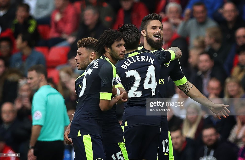 Olivier Giroud of Arsenalis congratulated on scoring his firstgoal during the Premier League match between Sunderland and Arsenal at Stadium of Light on October 29, 2016 in Sunderland, England.