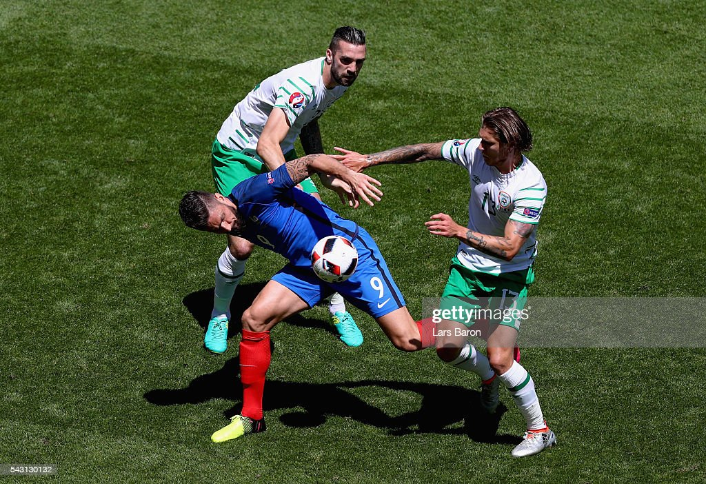 <a gi-track='captionPersonalityLinkClicked' href=/galleries/search?phrase=Olivier+Giroud&family=editorial&specificpeople=5678034 ng-click='$event.stopPropagation()'>Olivier Giroud</a> (C) of France controls the ball under pressure of <a gi-track='captionPersonalityLinkClicked' href=/galleries/search?phrase=Shane+Duffy+-+Soccer+Player&family=editorial&specificpeople=16068436 ng-click='$event.stopPropagation()'>Shane Duffy</a> (L) and <a gi-track='captionPersonalityLinkClicked' href=/galleries/search?phrase=Jeff+Hendrick+-+Soccer+Player&family=editorial&specificpeople=15923342 ng-click='$event.stopPropagation()'>Jeff Hendrick</a> (R) of Republic of Ireland during the UEFA EURO 2016 round of 16 match between France and Republic of Ireland at Stade des Lumieres on June 26, 2016 in Lyon, France.