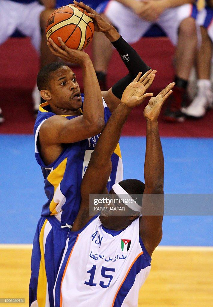 Olumide Oyedeji of Jordan's ASU club (L) tries to block C.J. Giles of Lebanon's Al-Riyadi during their 21st FIBA Asia Champions Cup basketball match at Al-Gharafa Indoor Stadium in Doha on May 25, 2010.