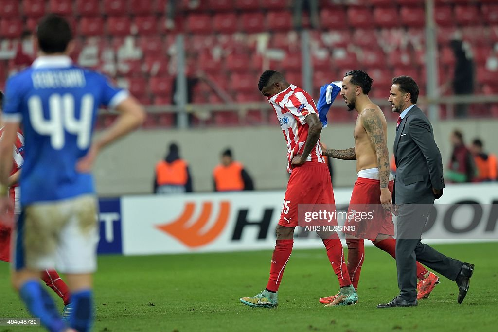 Olympiacos' Brazilian defender <a gi-track='captionPersonalityLinkClicked' href=/galleries/search?phrase=Felipe+Santana&family=editorial&specificpeople=5422021 ng-click='$event.stopPropagation()'>Felipe Santana</a> (C) and Olympiacos' Portuguese head coach <a gi-track='captionPersonalityLinkClicked' href=/galleries/search?phrase=Vitor+Pereira+-+Soccer+Coach&family=editorial&specificpeople=8936057 ng-click='$event.stopPropagation()'>Vitor Pereira</a> (R) react after the the UEFA Europa League Round of 32 football match Olympiacos FC vs FK Dnipro in Athens on February 26, 2015. AFP PHOTO / ARIS MESSINIS