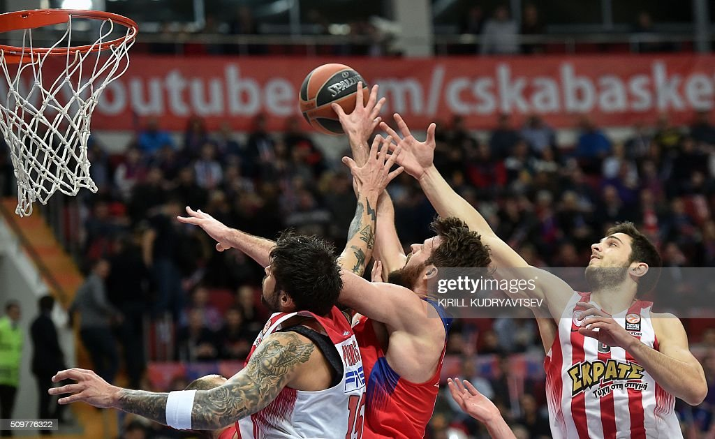 Olympiacos Piraeus' forward Georgios Printezis (L) and Olympiacos Piraeus' forward Ioannis Papapetrou (R) vie with CSKA Moscow's British center Joel Freeland during the Euroleague group F Top 16 round 7 basketball match CSKA Moscow vs Olympiacos Piraeus in Moscow on February 12, 2016. AFP PHOTO / KIRILL KUDRYAVTSEV / AFP / KIRILL KUDRYAVTSEV