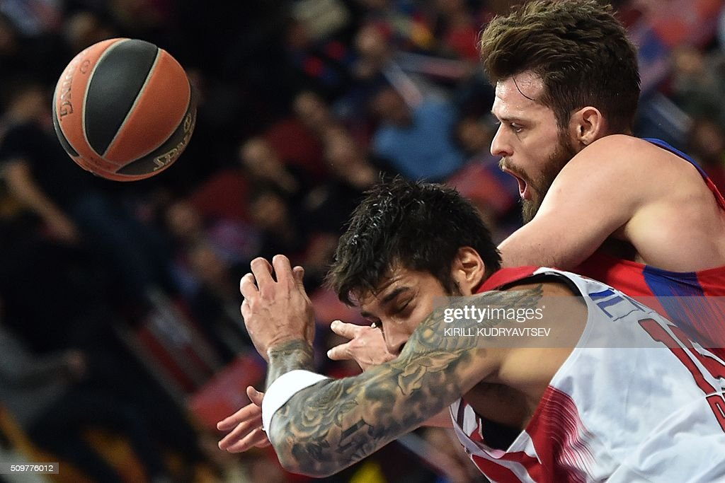 Olympiacos Piraeus' forward Georgios Printezis (bottom) vies with CSKA Moscow's British center Joel Freeland during the Euroleague group F Top 16 round 7 basketball match CSKA Moscow vs Olympiacos Piraeus in Moscow on February 12, 2016. AFP PHOTO / KIRILL KUDRYAVTSEV / AFP / KIRILL KUDRYAVTSEV