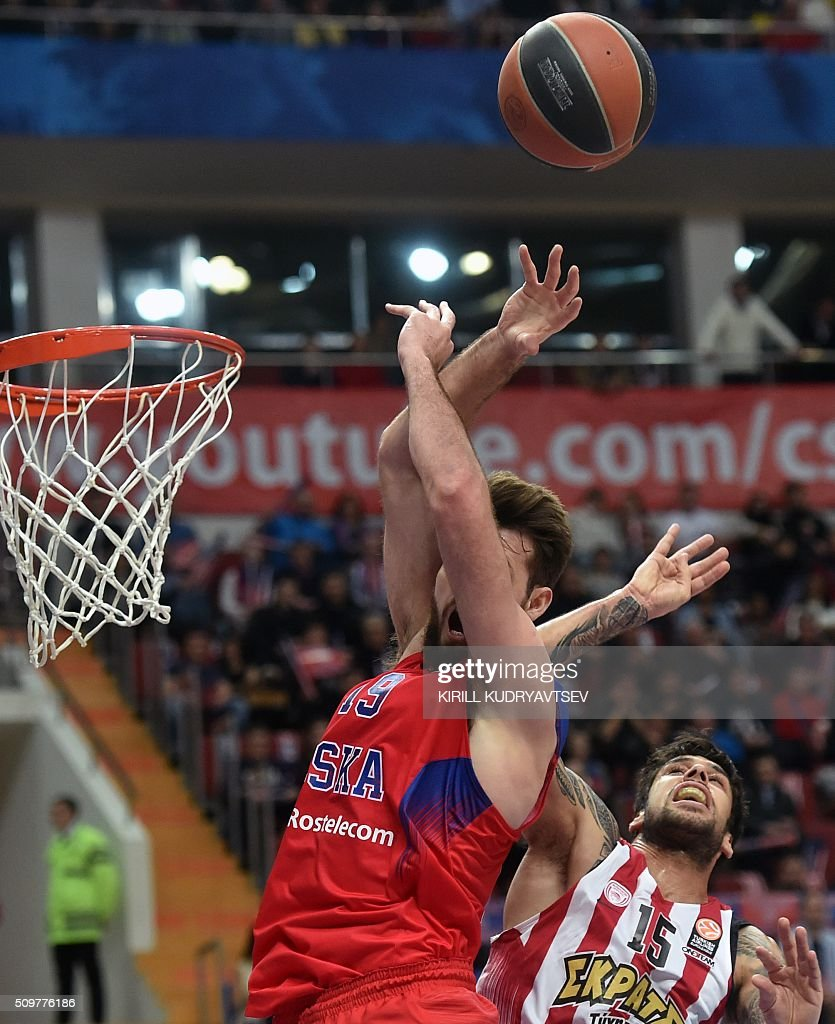 Olympiacos Piraeus' forward Georgios Printezis (R) vies with CSKA Moscow's British center Joel Freeland during the Euroleague group F Top 16 round 7 basketball match CSKA Moscow vs Olympiacos Piraeus in Moscow on February 12, 2016. AFP PHOTO / KIRILL KUDRYAVTSEV / AFP / KIRILL KUDRYAVTSEV