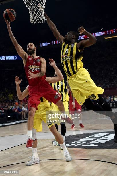 Olympiacos Piraeus' Greek guard Vassilis Spanoulis vies with Fenerbahce's US center Ekpe Udoh during the first place basketball match between...