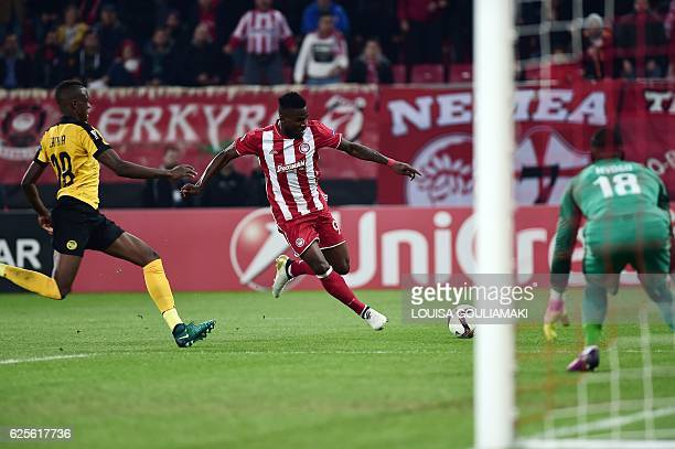 Olympiacos Piraeus' Nigerian forward Brown Ideye tries to score against BSC Young Boys' Swissgoalkeeper Yvon Mvogo during the Europa League football...