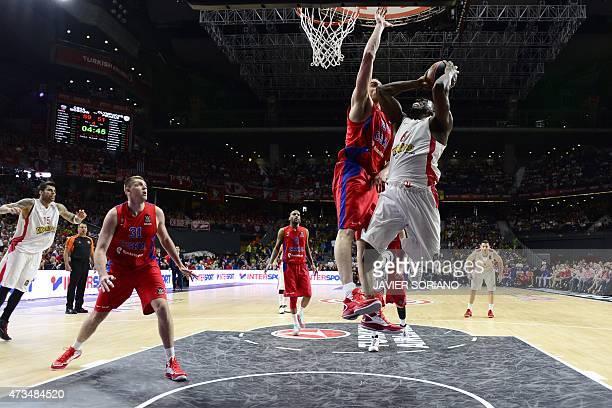 Olympiacos Piraeus' US forward Bryant Dunston vies with CSKA Moscow's center Sasha Kaun during the Euroleague Final Four basketball semifinal match...