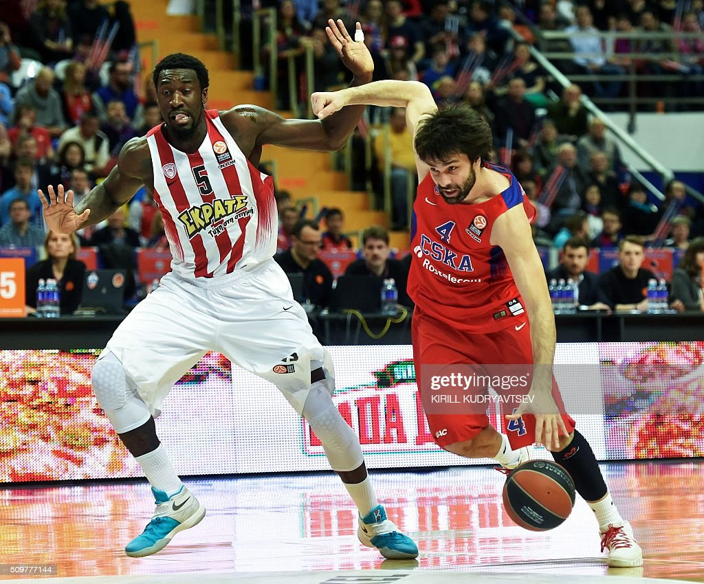 Olympiacos Piraeus' US forward Othello Hunter (L) vies with CSKA Moscow's Serbian guard Milos Teodosic during the Euroleague group F Top 16 round 7 basketball match CSKA Moscow vs Olympiacos Piraeus in Moscow on February 12, 2016. AFP PHOTO / KIRILL KUDRYAVTSEV / AFP / KIRILL KUDRYAVTSEV