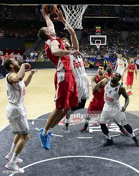 Olympiacos Piraeus' US guard Matthew Lojeski vies with Real Madrid's guard Rudy Fernandez during the Euroleague Final Four basketball match final...