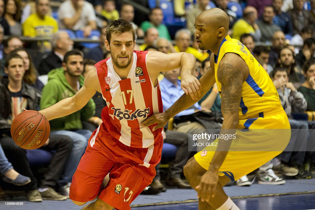 Olympiacos Piraeus's Greek guard Vassilis Spanoulis (L) vies with Maccabi Tel Aviv's US guard Ricky Hickman (R) during their Euroleague Top 16 basketball match, game 05, between Maccabi Tel Aviv Electra and Olympiacos Piraeus, on January 24, 2013 at the Nokia stadium in the Mediterranean coastal city of Tel Aviv, Israel. AFP PHOTO / JACK GUEZ