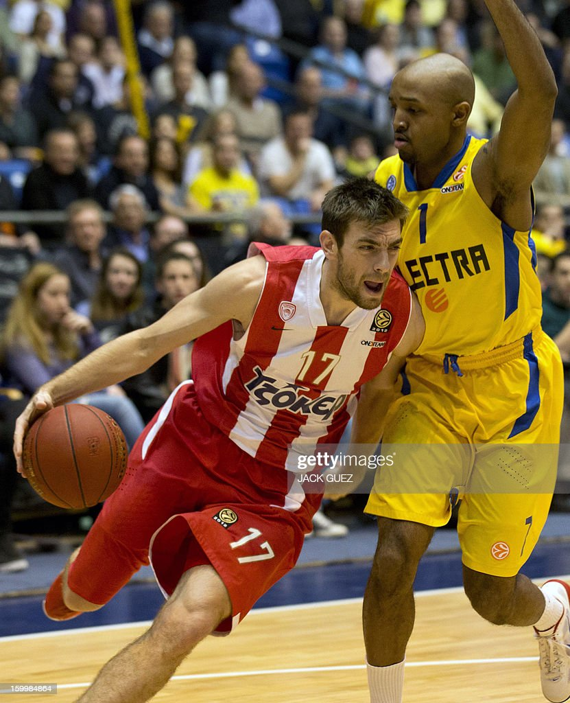 Olympiacos Piraeus's Greek guard Vassilis Spanoulis (L) vies with Maccabi Tel Aviv's US guard Ricky Hickman (R) during their Euroleague Top 16 basketball match, game 05, between Maccabi Tel Aviv Electra and Olympiacos Piraeus, on January 24, 2013 at the Nokia stadium in the Mediterranean coastal city of Tel Aviv, Israel.