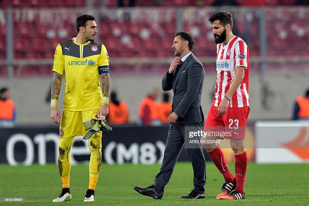 Olympiacos' Portuguese head coach <a gi-track='captionPersonalityLinkClicked' href=/galleries/search?phrase=Vitor+Pereira+-+Soccer+Coach&family=editorial&specificpeople=8936057 ng-click='$event.stopPropagation()'>Vitor Pereira</a> (C) reacts after the the UEFA Europa League Round of 32 football match Olympiacos FC vs FK Dnipro in Athens on February 26, 2015. AFP PHOTO / ARIS MESSINIS
