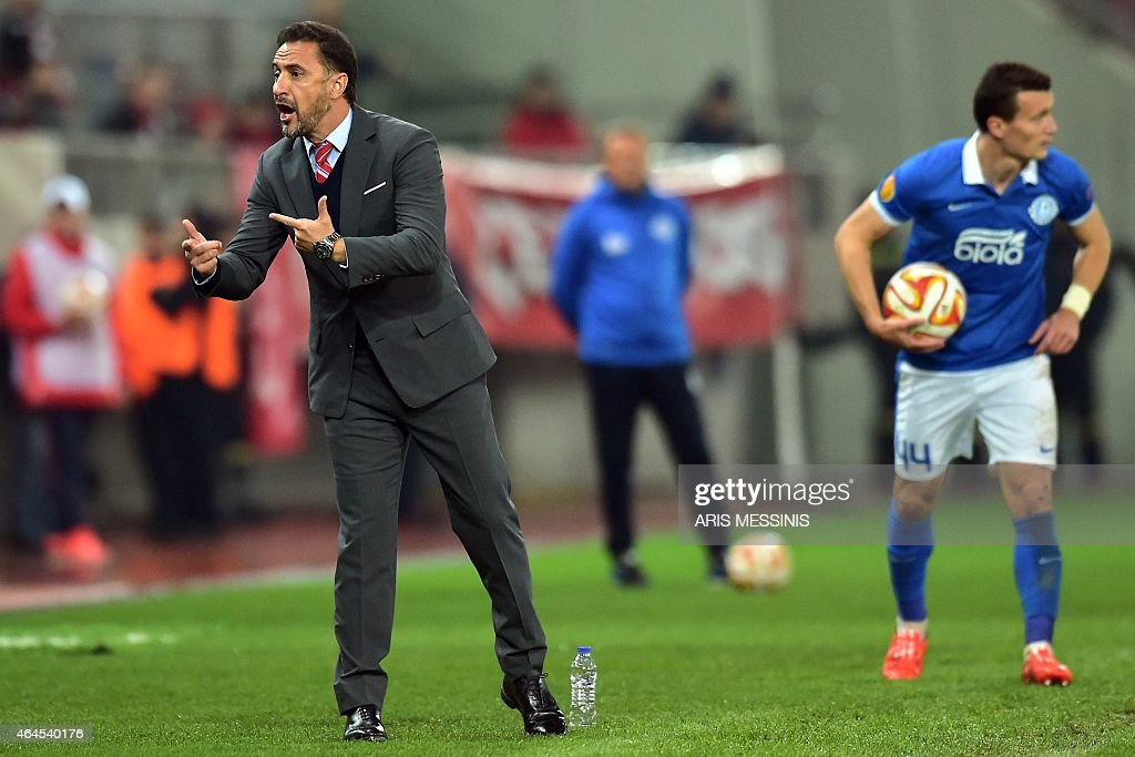 Olympiacos' Portugueses head coach <a gi-track='captionPersonalityLinkClicked' href=/galleries/search?phrase=Vitor+Pereira+-+Soccer+Coach&family=editorial&specificpeople=8936057 ng-click='$event.stopPropagation()'>Vitor Pereira</a> (L) shouts instructions during the UEFA Europa League Round of 32 football match Olympiacos vs Dnipro in Athens on February 26, 2015. AFP PHOTO / ARIS MESSINIS