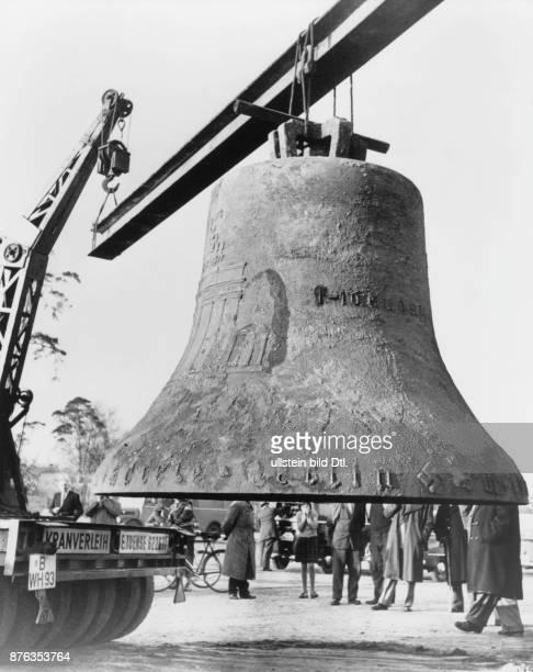 OlympiaGlocke aus einer Tiefe von 35 m aus dem Maifeld gehoben 1956