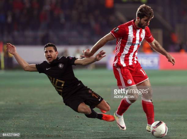 Olympiakos' Iranian forward Karim Ansarifard outruns Osmanlispor's MorrocanFrench midfielder Adrien Regattin during the UEFA Europa League round of...