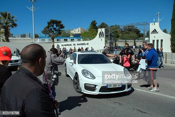 olympique de marseille 39 s fans stop french midfielder florian thauvin 39 s car to take pictures at. Black Bedroom Furniture Sets. Home Design Ideas