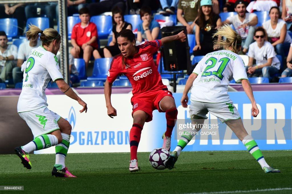 Olympique Lyonnais' defender from France Amel Majri (C) fights for the ball with Wolfsburg's midfielder from Germany Anna Blasse (L) and Wolfsburg's midfielder from Switzerland Lara Dickenmann during the UEFA Women's Champions League Final football match VFL Wolfsburg vs Lyon at the Citta del Tricolore stadium in Reggio Emilia on May 26, 2016. / AFP / GIUSEPPE