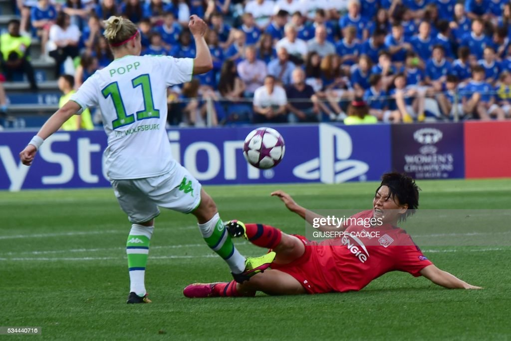 Olympique Lyonnais' defender from Japan Saki Kumagai (R) fights for the ball with Wolfsburg's forward from Germany Alexandra Popp during the UEFA Women's Champions League Final football match VFL Wolfsburg vs Lyon at the Citta del Tricolore stadium in Reggio Emilia on May 26, 2016. / AFP / GIUSEPPE