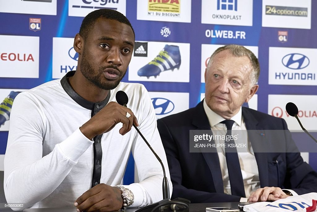 Olympique Lyonnais' football club new player cameroonian Nicolas Nkoulou (L) answers the journalists next to Lyon's president Jean Michel Aulas (R), during his official presentation in Lyon on June 29, 2016. / AFP / JEAN