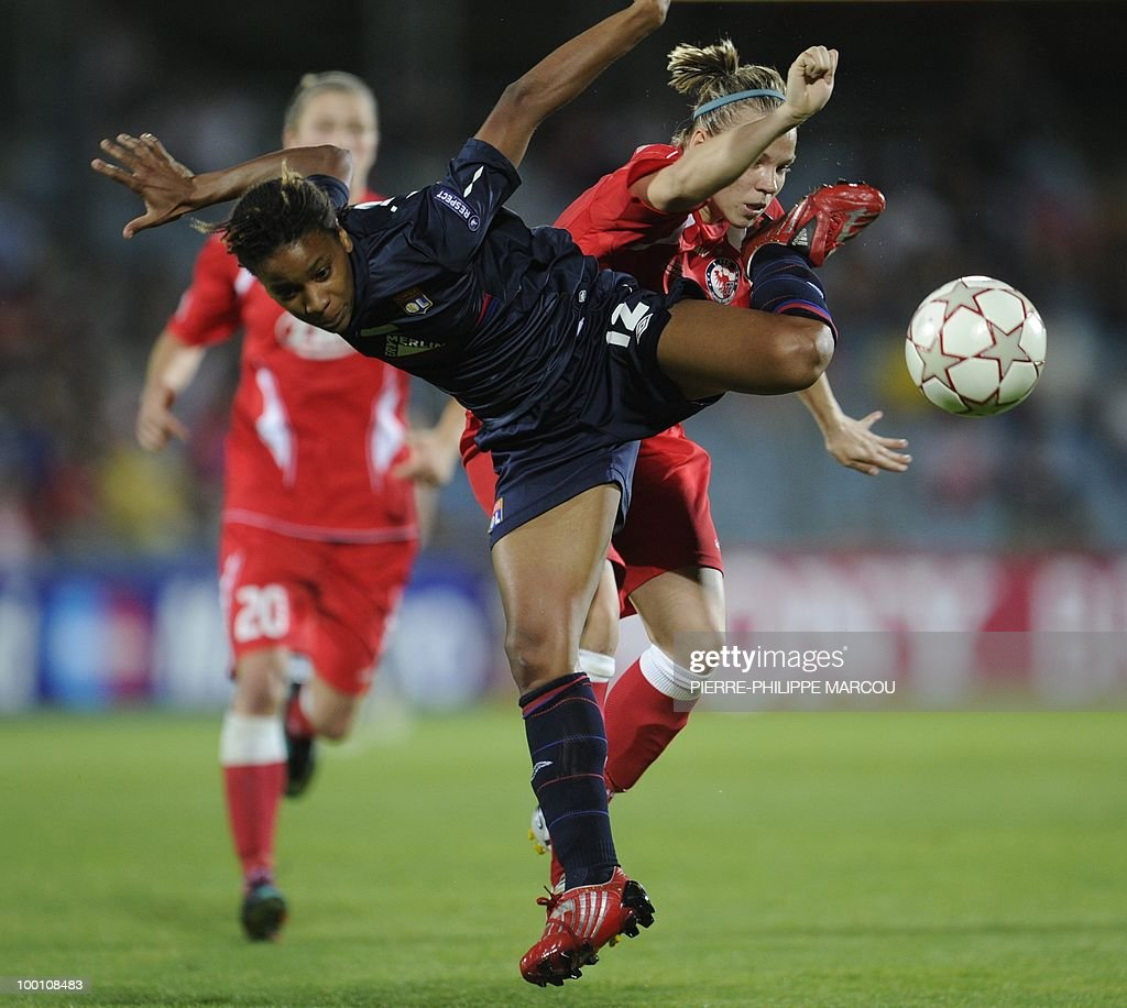 Olympique Lyonnais' forward Elodie Thomis (L) vies with FFC Turbine Potsdam's midfielder Isabell Kerschowski during their Final women's Champions League football match at Coliseum Alfonso Pérez on May 20, 2010 in Getafe.