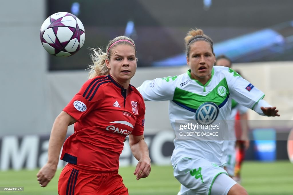 Olympique Lyonnais' midfielder from France Eugenie Le Sommer (R) fights for the ball with Wolfsburg's defender from Germany Babett Peter during the UEFA Women's Champions League Final football match VFL Wolfsburg vs Lyon at the Citta del Tricolore stadium in Reggio Emilia on May 26, 2016. / AFP / GIUSEPPE