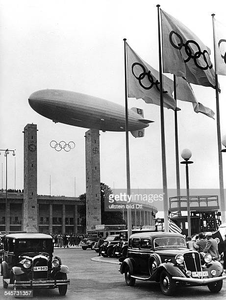 Olympische Spiele 1936 in Berlin der Zeppelin LZ 129 'Hindenburg' am Haupteingang mit dem Bayernturm dem Preussenturm und denolympischen Ringen vor...
