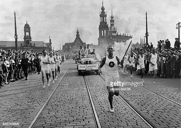 Olympische Spiele 1936 in Berlin erster von Carl Diem initiierter Staffellauf mit dem das Olympische Feuer vom heiligen Hain in Olympia...