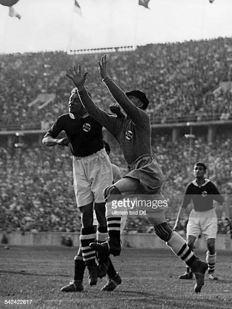 Olympische Spiele 1936 in Berlin Fussball Halbfinale ItalienNorwegen 21 nV Spielszene im norwegischen StrafraumTorwart und Verteidiger springen hoch...