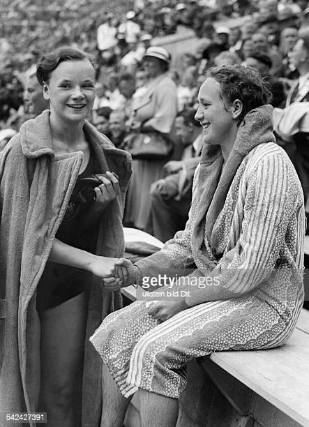 Olympische Spiele 1936 in Berlin Schwimmen Frauen 100m Freistilnach dem Finale gratuliert Gisela Arendt im Bademantel der Siegerin Hendrika...