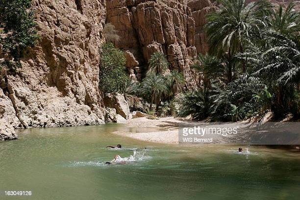 Oman Enfants se baignant dans le wadi TIWI