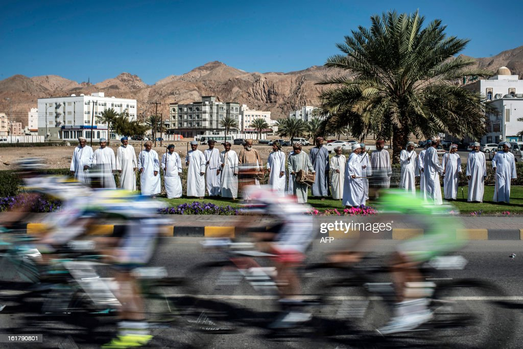 Omani people look at the pack riding during the sixth and last stage of the Tour of Oman, on February 16, 2013. The final stage was a 144km ride from Hawit Nagam park in the south of the emirate to Muscat along the Matrah corniche. AFP PHOTO / JEFF PACHOUD