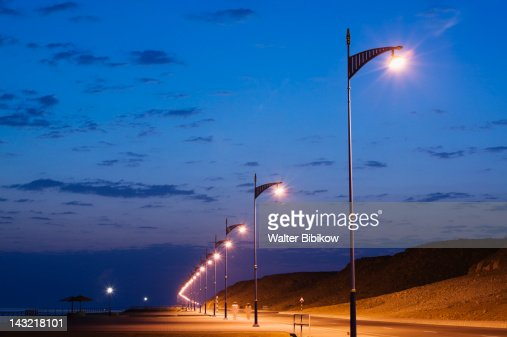 OMAN-Sharqiya Region-Sur: Road Lights Sur Bay / Ayajh Town / Dawn : Foto de stock