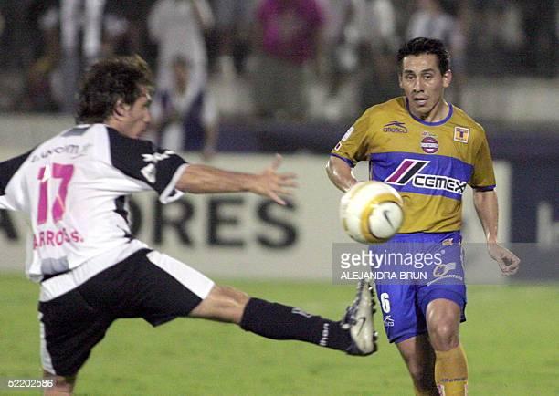 Omar Briseno de los Tigres de Monterrey disputa el balon con Gustavo Barros Schelotto del Alianza Lima durante el partido por la Copa Libertadores...