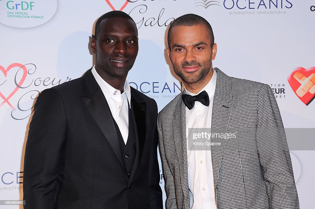 ¿Cuánto mide Omar Sy? - Altura - Real height Omar-sy-and-tony-parker-attend-the-par-coeur-gala-to-benefit-ckdb-ce-picture-id490385982