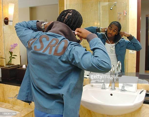 Omarion Houston prepares for the 2004 MTV Video Music Awards