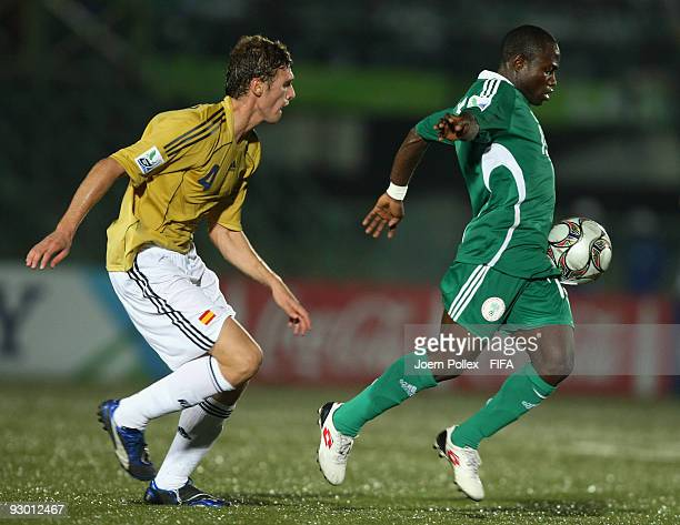 Omoh Ojabu of Nigeria and Sergi Gomez of Spain battle for the ball battle for the ball during the FIFA U17 World Cup Semi Final match between Spain...