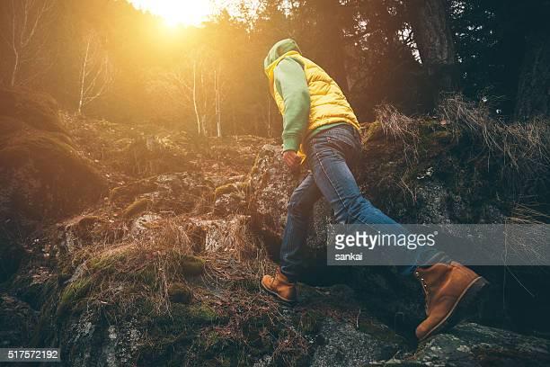 Uma câmara. Sapato de caminhada andar em uma floresta.